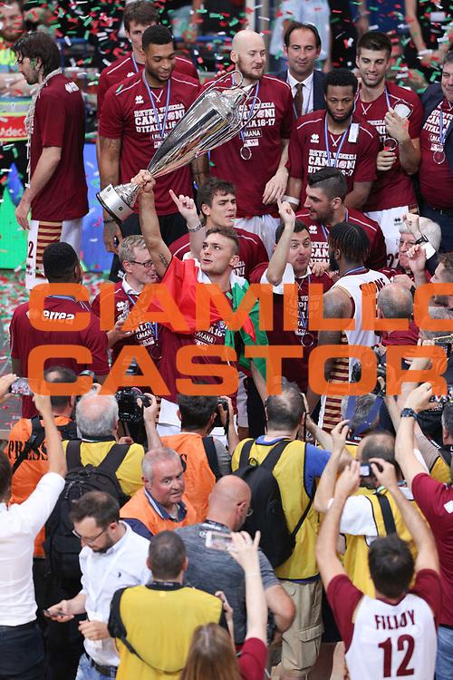 I giocatori della Reyer Venezia alzano la coppa, Dolomiti Energia Trentino vs Umana Reyer Venezia LBA Serie A Playoff Finale gara 6 stagione 2016/2017 Pala Trento, Trento 20 giugno 2017