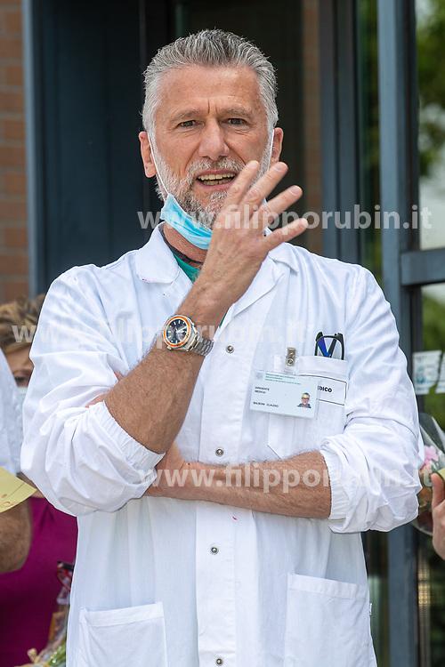 MEDICO DOTTOR CLAUDIO BALBONI<br /> MAZZI DI FIORI DONATI AI SANITARI INFIERMIERI INFERMIERE MEDICI DELL'OSPEDALE DEL DELTA A LAGOSANTO DA CONFAGRICOLTURA<br /> COVID COVID19 CORONAVIRUS VIRUS