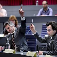 Nederland, Almere , 19 mei 2011..Raadsledenvergadering..Op de foto wordt er gestemd omtrent een motie van de PVV omtrent de mogelijkheid een snelweg en metroverbinding over het IJmeer te verwezenlijken. Behalve de aanwezige afgevaardigden van de  PVV waaronder PVV-raadslid Toon van Dijk  (zie foto) stemden iedereen tegen de motie aangezien de mogelijkheid al lang bekeken wordt..Foto:Jean-Pierre Jans