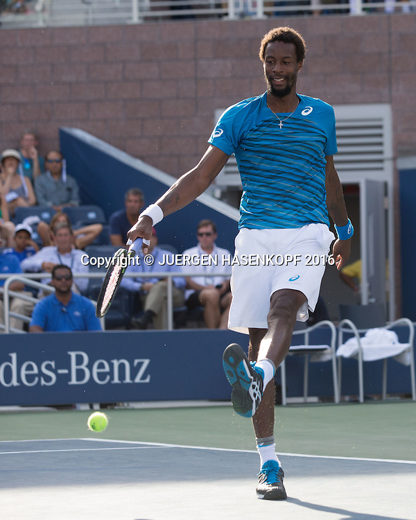 GAEL MONFILS (FRA) spielt den Ball in Fussball Manier, kurios,<br /> <br /> Tennis - US Open 2016 - Grand Slam ITF / ATP / WTA -  USTA Billie Jean King National Tennis Center - New York - New York - USA  - 2 September 2016.