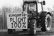 Nederland, leeuwen, 01-03-1995Eind januari, begin februari 1995 steeg het water van de Rijn, Maas en Waal tot record hoogte van 16,64 m. bij Lobith. Een evacuatie van 250.000 mensen was noodzakelijk vanwege het gevaar voor dijkdoorbraak en overstroming. op verschillende zwakke punten werd geprobeerd de dijken te versterken met zandzakken. Later protesteerden boeren tegen minister van Aartsen van landbouw die geen volledige compensatie voor de evacuatie wilde geven..Late January, early February 1995 increased the water of the Rhine, Maas and Waal to a record high of 16.64 meters at Lobith. An evacuation of 250,000 people was needed because of flood risk. At several points people tried to reinforce the dikes with sandbags. Foto: Flip Franssen/Hollandse Hoogte