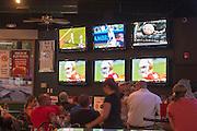 Bij een cafe/restaurant in Reno kijken gasten naar sport terwijl ze eten.<br /> <br /> In a restaurant in Reno people are watching sports on the television while eating.