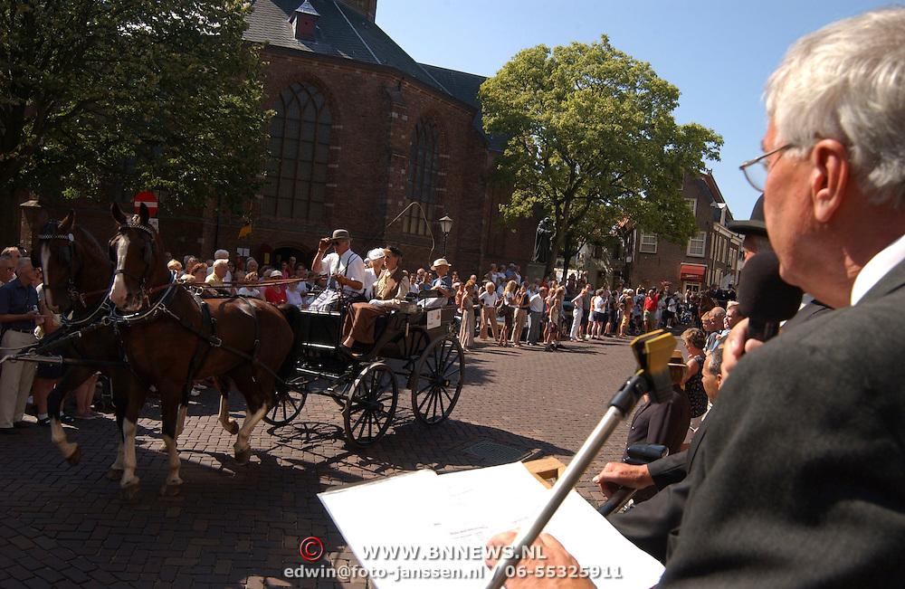 Vestingtocht 2003 Naarden, paarden en koetsen, defile voor het gemeentehuis
