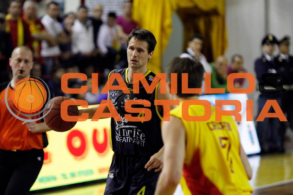DESCRIZIONE : Barcellona Pozzo di Gotto Campionato Lega Basket A2 2010-11 Sigma Barcellona Sunrise Scafati<br /> GIOCATORE : Mats Levin<br /> SQUADRA : Sunrise Scafati<br /> EVENTO : Campionato Lega Basket A2 2010-2011<br /> GARA : Sigma Barcellona Sunrise Scafati<br /> DATA : 10/04/2011<br /> CATEGORIA : Penetrazione Palleggio <br /> SPORT : Pallacanestro <br /> AUTORE : Agenzia Ciamillo-Castoria/G.Pappalardo<br /> Galleria : Lega Basket A2 2010-2011 <br /> Fotonotizia : Barcellona Pozzo di Gotto Campionato Lega Basket A2 2010-11 Sigma Barcellona Sunrise Scafati<br /> Predefinita :