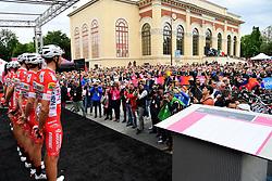 26.05.2019, Como, ITA, Giro d Italia 2019, 15. Etappe, Ivrea - Como (237 km), im Bild i Corridori al foglio firma // the Ryders at the signing podium during stage 15 of the 102nd Giro d'Italia cycling race from Ivrea to Como (237 km) Como, Italy on 2019/05/26. EXPA Pictures © 2019, PhotoCredit: EXPA/ laPresse/ Gian Mattia D'Alberto<br /> <br /> *****ATTENTION - for AUT, SUI, CRO, SLO only*****