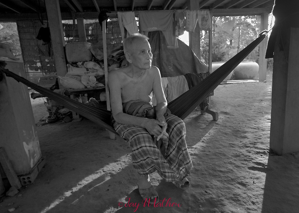 Saloth Nhep, 84, Pol Pot's younger brother, reflects on his life a few months before he died. A poor rice farmer, he was victimized by the Khmer Rouge regime, yet had no knowledge that his brother was the leader of the KR.