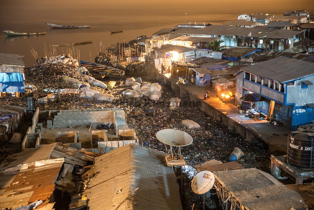 Freetown (Sierra Leone) / Bjoern Kietzmann / 11.12.2015 - Nachtaufnahmen aus den Slums der sierra-leonischen Hauptstadt Freetown. Der Trubel auf den überfuellten Marktstraßen und die engen Gassen der Slums von Freetown leeren sich in der Nacht. Die Armut der Bevoelkerung zeigt sich dann auf andere Art und Weise zum Beispiel an den Straßenhaendlern die zwischen Ratten und Faekalgeruch an ihren Marktstaenden uebernachten.