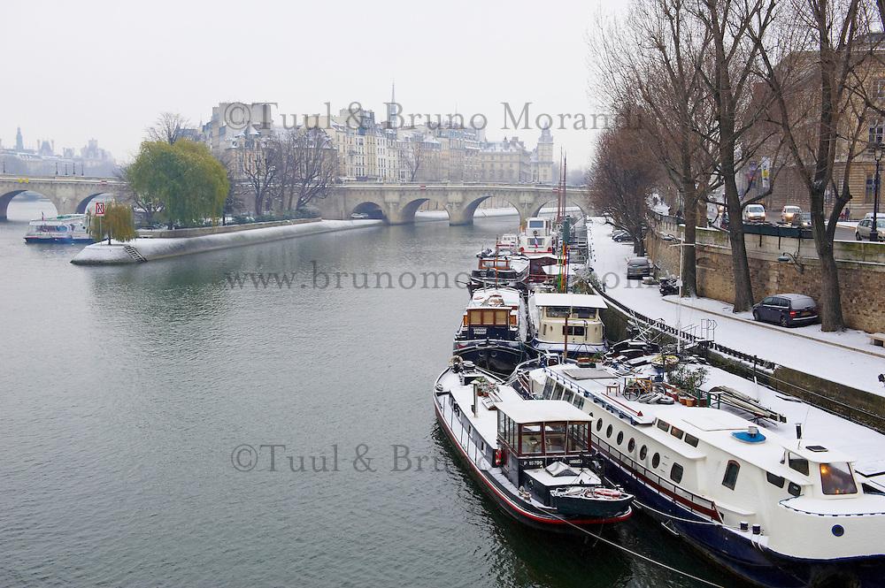 France, Paris (75), les rives de la Seine, classées Patrimoine Mondial de l'UNESCO, pont des Arts et la cathédrale Notre-Dame // France, Paris, Seine river bank, Ile de la Cité