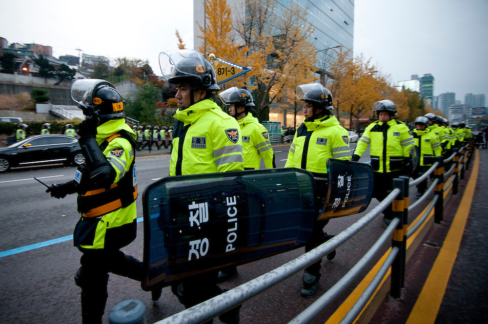 Police form a security line during an anti-G20 march in Seoul, South Korea, November 11, 2010.