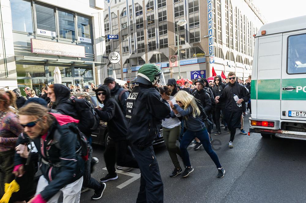 Demonstranten durchbrechen während der 1. Welle der Blockupy Proteste am 02.09.2016 in Berlin, Deutschland eine Polizeikette. Das Bündnis versuchte das Ministerium für Arbeit und Soziales zu blockieren um gegen die Politik der Verarmung, Ausgrenzung und sozialen Spaltung zu protestieren. Foto: Markus Heine / heineimaging