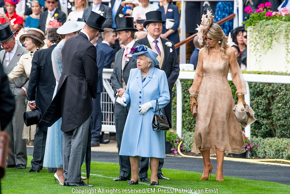 Koning Willem-Alexander en koningin Máxima hebben dinsdag in de koets met koningin Elizabeth en haar zoon prins Andrew deelgenomen aan de 'koninklijke optocht' op de racebaan van Ascot.<br /> <br /> King Willem-Alexander and Queen Máxima took part in the carriage with Queen Elizabeth and her son Prince Andrew on Tuesday in the 'royal parade' on the Ascot race track.<br /> <br /> Op de foto / On the photo: Koning Willem Alexander en Koningin Maxima met Koningin Elizabeth / King Willem Alexander and Queen Maxima met Queen Elizabeth