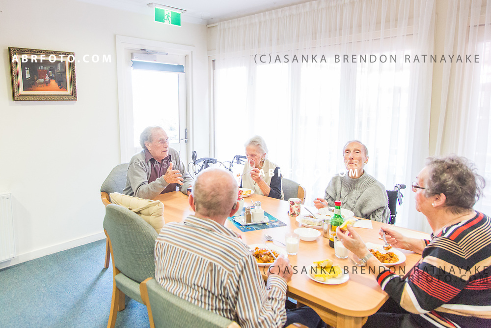 Jo Ruyter speaks to friends and fellow residents at the dining hall at the DutchCare Aged care home in Kilsyth, Melbourne, Australia on 22nd of June 2017. Asanka Brendon Ratnayake for NRC Handelsblad