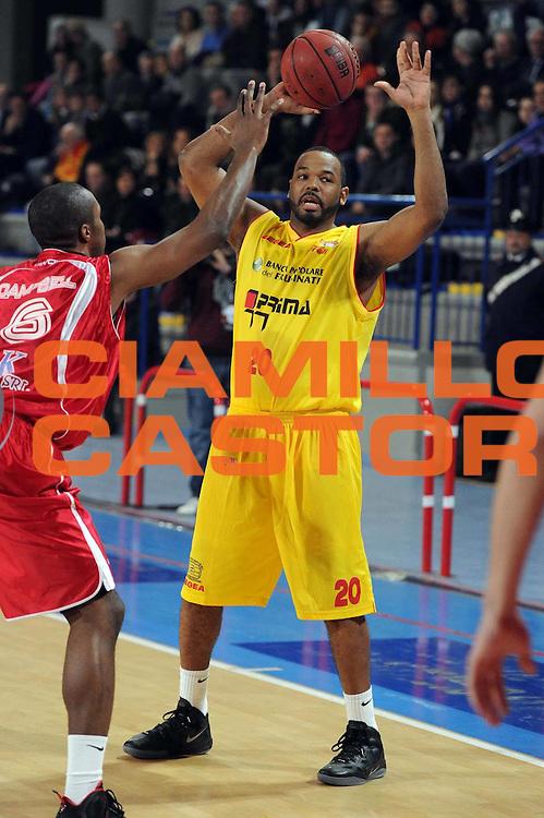 DESCRIZIONE : Frosinone Lega Basket A2 2011-12  Prima Veroli ASS. Pall. S.Antimo<br /> GIOCATORE : Elder Barry Jaqwan <br /> CATEGORIA : passaggio<br /> SQUADRA : Prima Veroli<br /> EVENTO : Campionato Lega A2 2011-2012 <br /> GARA : Prima Veroli ASS. Pall. S.Antimo <br /> DATA : 13/01/2012<br /> SPORT : Pallacanestro  <br /> AUTORE : Agenzia Ciamillo-Castoria/ GiulioCiamillo<br /> Galleria : Lega Basket A2 2011-2012  <br /> Fotonotizia : Frosinone Lega Basket A2 2011-12 Prima Veroli ASS. Pall. S.Antimo<br /> Predefinita :
