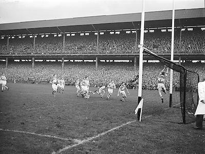 All Ireland Senior Football Championship Final, Dublin vs Derry,  Action shot, 28.09.1958, 09.28.1958, 28th September 1958,  .Dublin 2-12 Derry 1-9, 28091958AISFCF,.