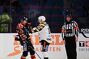 STOCKHOM 2017-10-27: Tom Nilsson i Djurg&aring;rdens IF och P&auml;r Lindholm i Skellefte&aring; AIK i br&aring;k under matchen i SHL mellan Djurg&aring;rdens IF och Skellefte&aring; AIK p&aring; Hovet, Stockholm, den 27 oktober 2017.<br /> Foto: Nils Petter Nilsson/Ombrello<br /> ***BETALBILD***