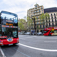 Autobuses turisticos en la calle Paseo de Gracia en Barcelona, España. Tourist Bus in the street Paseo de Gracia in Barcelona, Spain