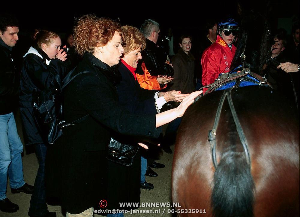 Doop ONM Veronica paard in Wolvega, Bettina Berger doopt het paard met champagne