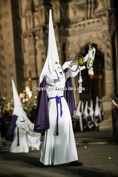 Among them there are also differences Nazarenes , some are barefoot and harder doing his penance , others bearing crosses, there are those who carry various representative elements of the brotherhood , musical objects , candles, etc.