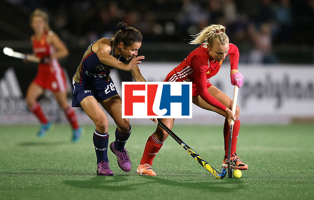 JOHANNESBURG, SOUTH AFRICA - JULY 20:  Hannah Martin of England battles with Caitlin van Sickle Ashley Hoffman during day 7 of the FIH Hockey World League Women's Semi Finals semi final match between England and United Staes of America at Wits University on July 20, 2017 in Johannesburg, South Africa.  (Photo by Jan Kruger/Getty Images for FIH)