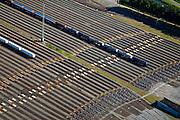 Nederland, Zuid-Holland, Zwijndrecht, 12-06-2009; Kijfhoek, rangeerterrein in gebruik bij ProRail en Keyrail (exploitant Betuweroute). De Betuweroute, die begint als Havenspoorlijn op de Maasvlakte, verbindt via Kijfhoek de Rotterdamse haven met het achterland. Het rangeeremplacement is voor het sorteren van goederenwagons waarbij gebruik gemaakt wordt van de zwaartekracht, het heuvelen: de wagons worden de heuvel opgeduwd, bij het de heuvel afrollen komen ze, door middel van wissels, op verschillende verdeelsporen, railremmen zorgen voor het automatisch remmen van de wagons. De nieuw samengestelde treinen staan op aparte opstelsporen.Kijfhoek, railway yard used by ProRail and Keyrail (Betuweroute operator). Kijfhoek connects via the Betuweroute (beginning as Havenspoorlijn on the Maasvlakte), through the port of Rotterdam with the hinterland..The shunting yard for sorting wagons makes use of gravity. The new trains are assembled on separate tracks.luchtfoto (toeslag), aerial photo (additional fee required).foto/photo Siebe Swart