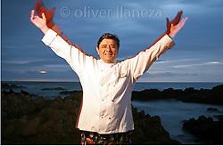 FOT&Oacute;GRAFO: Oliver Llaneza ///<br /> <br /> Coco Pacheco frente al mar para Libro Innovaci&oacute;n en Chile