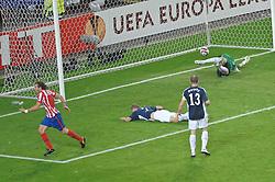 12.05.2010, Hamburg Arena, Hamburg, GER, UEFA Europa League Finale, Atletico Madrid vs Fulham FC im Bild Diego Forlan (Madrid #07) schiesst das entscheidende 2-1 fuer Madrid vorbei an Mark Schwarzer (Fulham #01) und jubelt.EXPA Pictures © 2010, PhotoCredit: EXPA/ nph/  Witke / SPORTIDA PHOTO AGENCY
