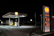 Nederland, Wijchen, 30-11-2018 Vanwege de lage waterstand in de grote rivieren kunnen tankstations moeilijker bevoorraad wporden. Dit onbemande Shell tankstation is tijdelijk gesloten omdat de brandstof op is. De grote stations hebben voorrang bij de bevoorrading tijdens het extreme laagwater. Foto: Flip Franssen