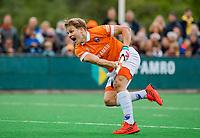 BLOEMENDAAL -  Jasper Brinkman (Bldaal)  neemt strafcorner   , Hoofdklasse hockey Bloemendaal-Amsterdam (4-2) . COPYRIGHT KOEN SUYK