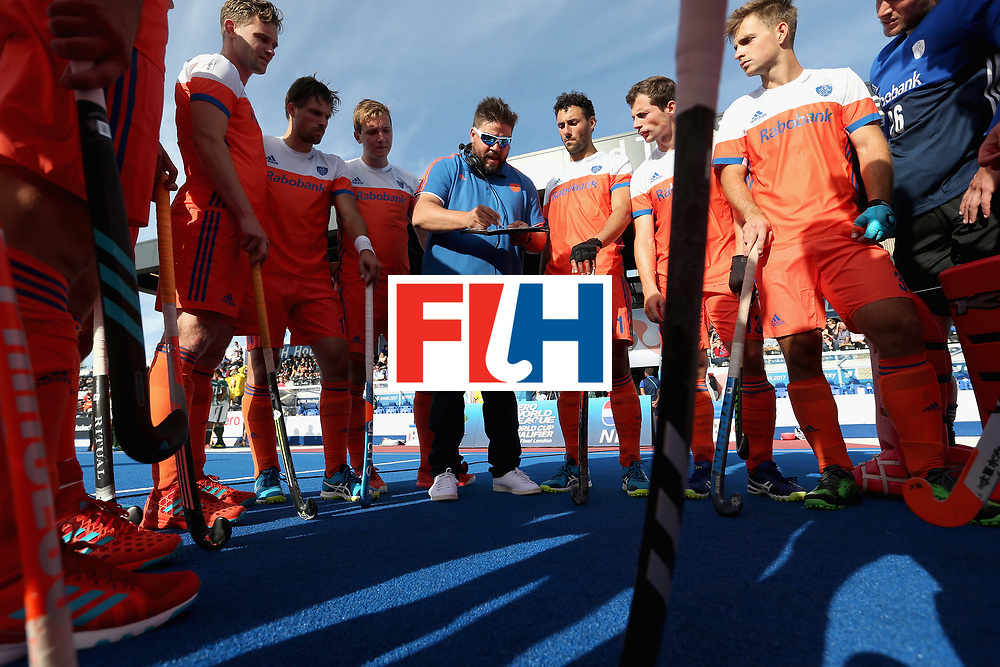 LONDON, ENGLAND - JUNE 15:  Maximiliano Caldas head coach of the Netherlands speaks to his players at half time during the Hero Hockey World League Semi Final pool B match between Netherlands and Pakistan at Lee Valley Hockey and Tennis Centre on June 15, 2017 in London, England.  (Photo by Alex Morton/Getty Images)