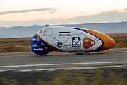 Rik Houwers is onderweg voor de eerste recordpoging in de VeloX4. Hij zal 129,45 km/h rijden en is daarmee de derde snelste man ter wereld. Het Human Power Team Delft en Amsterdam (HPT), dat bestaat uit studenten van de TU Delft en de VU Amsterdam, is in Amerika om te proberen het record snelfietsen te verbreken. Momenteel zijn zij recordhouder, in 2013 reed Sebastiaan Bowier 133,78 km/h in de VeloX3. In Battle Mountain (Nevada) wordt ieder jaar de World Human Powered Speed Challenge gehouden. Tijdens deze wedstrijd wordt geprobeerd zo hard mogelijk te fietsen op pure menskracht. Ze halen snelheden tot 133 km/h. De deelnemers bestaan zowel uit teams van universiteiten als uit hobbyisten. Met de gestroomlijnde fietsen willen ze laten zien wat mogelijk is met menskracht. De speciale ligfietsen kunnen gezien worden als de Formule 1 van het fietsen. De kennis die wordt opgedaan wordt ook gebruikt om duurzaam vervoer verder te ontwikkelen.<br /> <br /> Rik Houwers is on his way for his first record attempt with the VeloX4. He will cycle 80,44 mph and is the third fastest man in the world. The Human Power Team Delft and Amsterdam, a team by students of the TU Delft and the VU Amsterdam, is in America to set a new  world record speed cycling. I 2013 the team broke the record, Sebastiaan Bowier rode 133,78 km/h (83,13 mph) with the VeloX3. In Battle Mountain (Nevada) each year the World Human Powered Speed Challenge is held. During this race they try to ride on pure manpower as hard as possible. Speeds up to 133 km/h are reached. The participants consist of both teams from universities and from hobbyists. With the sleek bikes they want to show what is possible with human power. The special recumbent bicycles can be seen as the Formula 1 of the bicycle. The knowledge gained is also used to develop sustainable transport.