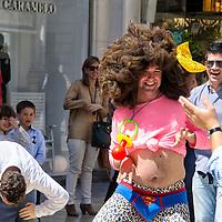 Unos jóvenes bromean en una despedida de soltero en las calles de Málaga, Andalucia. España
