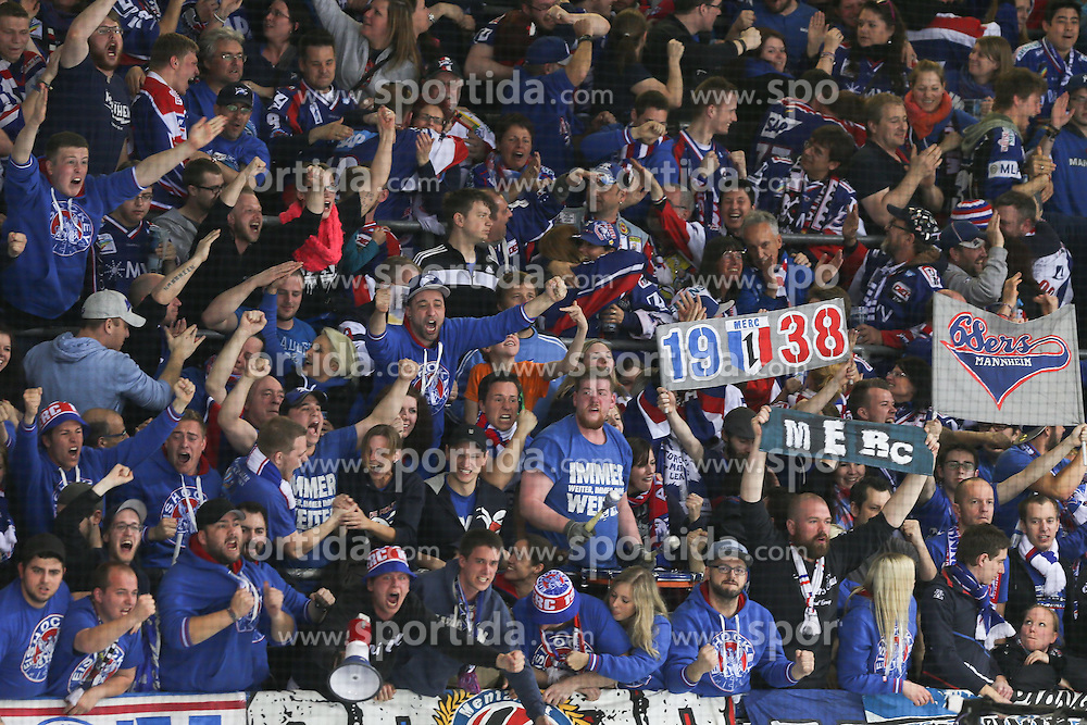 17.04.2015, Saturn Arena, Ingolstadt, GER, DEL, ERC Ingolstadt vs Adler Mannheim, Playoff, Finale, 4. Spiel, im Bild Richtige Freude bei den Mannheimer Fans // during Germans DEL Icehockey League 4nd final match between ERC Ingolstadt and Adler Mannheim at the Saturn Arena in Ingolstadt, Germany on 2015/04/17. EXPA Pictures &copy; 2015, PhotoCredit: EXPA/ Eibner-Pressefoto/ Strisch<br /> <br /> *****ATTENTION - OUT of GER*****