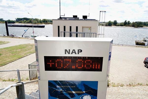 Nederland, the netherlands, Lobith, 14-8-2018Het officiele waterpeilmeetstation bij Tolkamer waar de rijn ons land binnenkomt. De stand fluctueerde in het halve uur dat ik er was tussen de 7.07 en 7.11 meter . Lager als de door dit station laagst gemeten stand in 1991. De hoogste stand was in 1925 met 16,93 meter .De rivierbodem ligt op 5,20 meter en de gemiddelde jaarhoogte is 9.81 meter. Cijfers Rijkswaterstaat.Foto: Flip Franssen