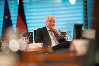 DEU, Deutschland, Germany, Berlin, 08.04.2020: Bundesinnenminister Horst Seehofer (CSU) vor Beginn der 92. Kabinettsitzung im Bundeskanzleramt. Aufgrund der Coronakrise findet die Sitzung derzeit im Internationalen Konferenzsaal statt, damit genügend Abstand zwischen den Teilnehmern gewahrt werden kann.