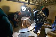 Nederland, Pannerden, 21-5-2015Fort Pannerden gerestaureerd. Het fort uit het verdedigingswerk de Hollandse Waterlinie is jarenlang door krakers beoond, maar nu door staatsbosbeheer opgeknapt en gerestaureerd om een museale functie te krijgen.Het is een polygonaal sperfort gelegen op de Pannerdensche Kop, het punt waar de Rijn zich splitst in Pannerdensch Kanaal en Waal. Het fort ligt in het natuurgebied de Klompenwaard, onderdeel van de Gelderse Poort.De restauratie van het fort is afgerond. In het fort komen musea, Ballistisch Museum en Streekmuseum, een informatiepunt voor Rijkswaterstaat , Staatsbosbeheer en een toeristisch informatiepunt. Gebouwd tussen 1869 en 1872.Het wordt gerund door vooral oudere vrijwilligers, die ook het inrichten doen. Hier zijn ze bezig een houten replica van het onderstel van een kanon te plaatsenFoto: Flip Franssen/Hollandse Hoogte