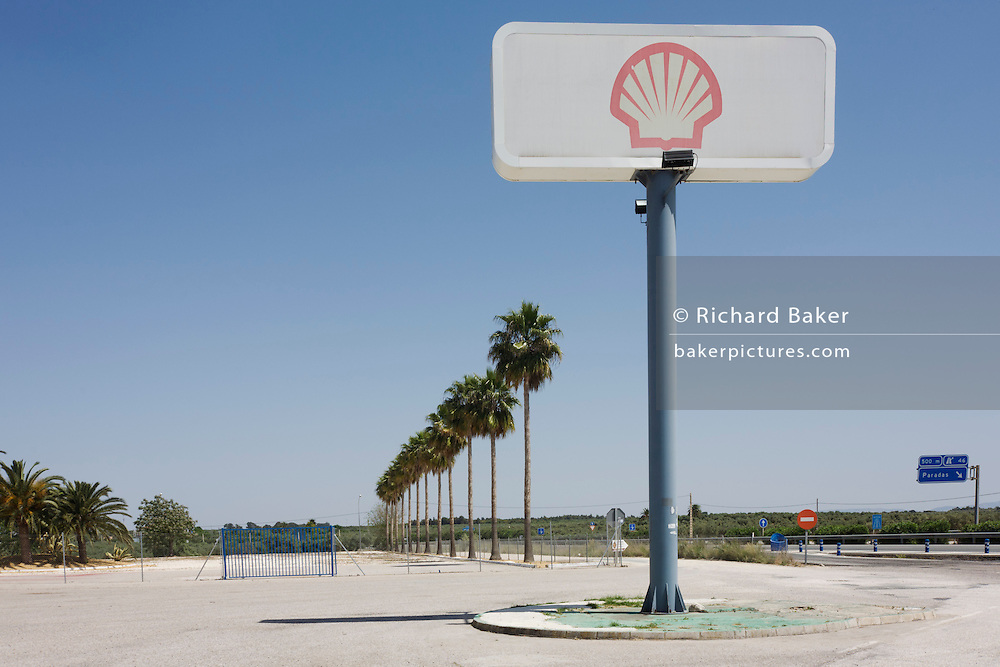 A tall Shell sign seems to echo the palm tree landscape alongside the A 92 motorway near Paradas.