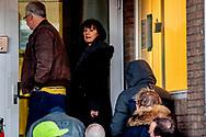 AMSTERDAM - Saskia BElleman telegraaf arriveert bij de Bunker, de extra beveiligde rechtbank in Osdorp. De misdaadverslaggever getuigt opnieuw in het strafproces tegen Willem Holleeder. Peter R. de Vries arriveert bij de Bunker, de extra beveiligde rechtbank in Osdorp. De misdaadverslaggever getuigt opnieuw in het strafproces tegen Willem Holleeder. ROBIN UTRECHT bunker de getuigt holleeder in peter tegen vries willem  afpersing afrekeningen astrid bedreiging belangstelling betrokkenheid bijl bunker cor criminaliteit criminele de der dino drukte endstra ex-partner fred georganiseerde gerechtshof getuigenis geweld hakkelaar hof holland holleeder hout houtman huurmoorden in ingang interesse johan john justitie kees klepper liquidaties maurik mensen mieremet misdaad misdrijven moorden nederland onderwereld organisatie proces r rechtsgang rij ros s sam sfeer sfeerbeeld sonja strafzaak tegen thomas tonnie uitlokken van verdachte verdenking verhoek voor wachtrij zitting zusters