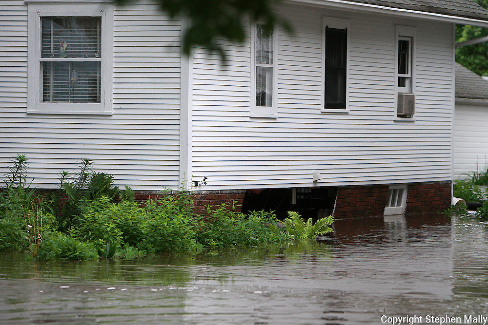 Massive flooding has covered the Midwest section of the United States. In Cedar Rapids, Iowa over 400 blocks were underwater. Other towns are now bracing for the water as it continues downstream.///The side wall of the foundation of a house caved in from the flooding in Cedar Rapids, Iowa.