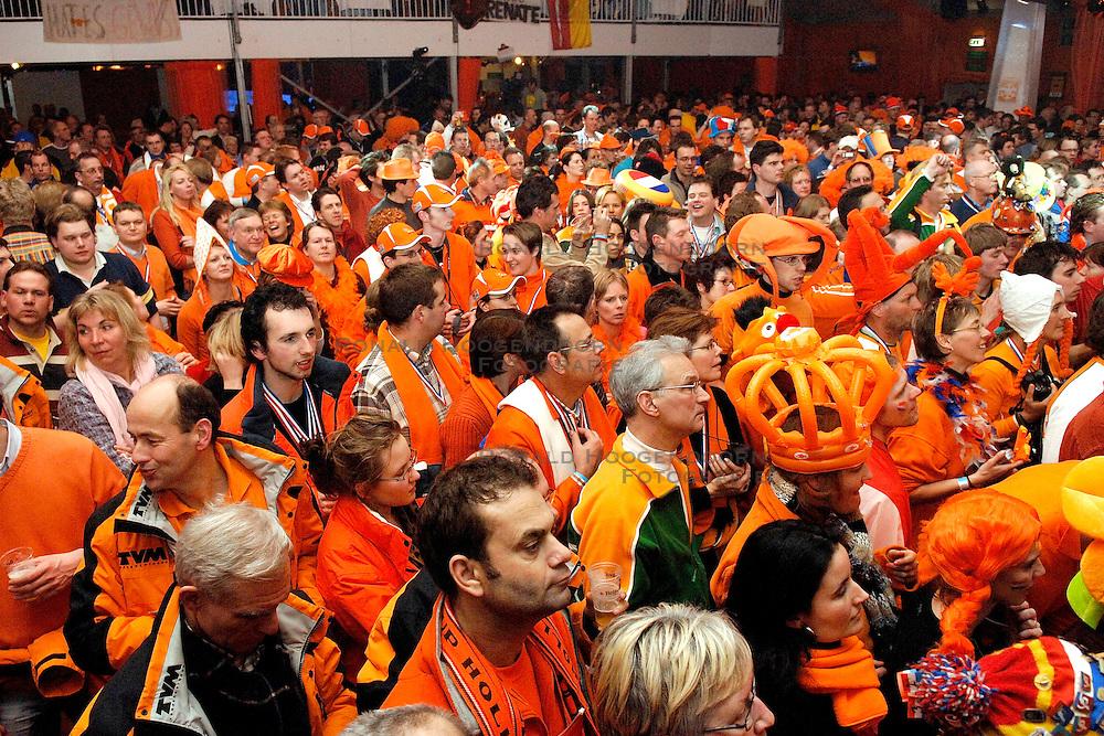 12-02-2006 ALGEMEEN: HULDIGING HHH: TORINO<br /> Huldiging in het Holland Heineken Huis - Oranje supporters - schaats publiek<br /> &copy;2006-WWW.FOTOHOOGENDOORN.NL