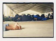 Proteste contro il summit del G8, Genova luglio 2001. 18 Luglio. Manifestanti si riposano nella grande tenda allestita allo stadio Carlini, campeggio del movimento delle Tute Bianche / dei Disobbedienti.