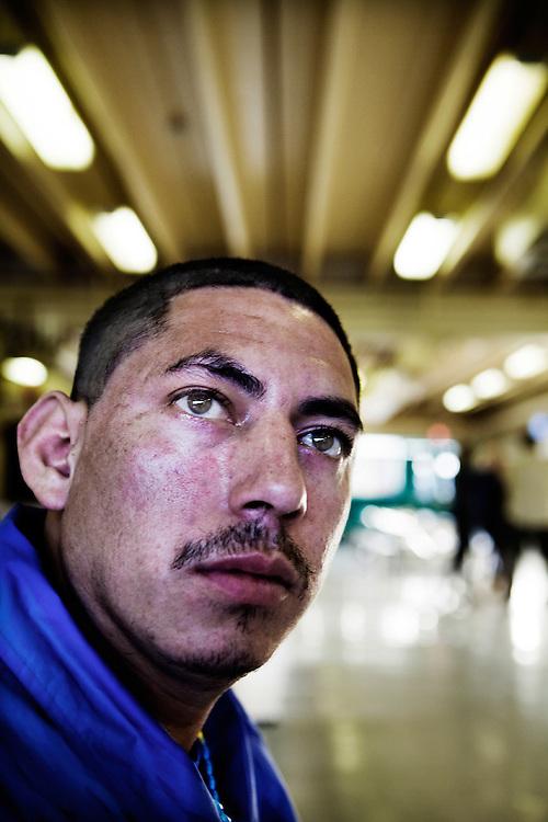 """Raúl cruzó la frontera de los EE.UU. en diciembre de 2010 por segunda vez, después de haber sido deportado anteriormente en 2010. De regreso a San Salvador, este será probablemente  su último vuelo, como las bandas estan esperando a él. Su hermano y su primo fue deportado en 2009 y ambos fueron asesinados en menos de 48 horas después de regresar a """"casa"""" en San Salvador."""