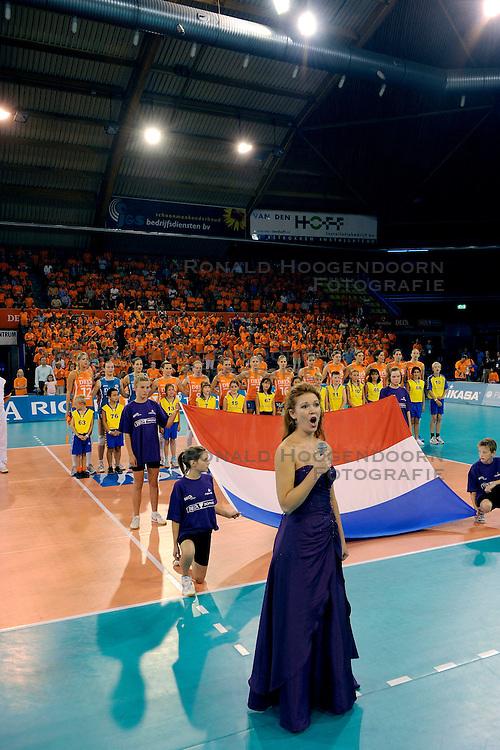 20-09-2009 VOLLEYBAL: DELA TROPHY NEDERLAND - TURKIJE: EINDHOVEN<br /> Nederland ook de tweede wedstrijd van Turkije maar ditmaal iets moeizamer 3-2 / Anna Majchrak zingt de volksliederen<br /> &copy;2009-WWW.FOTOHOOGENDOORN.NL
