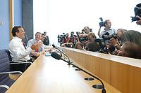 13 AUG 2003, BERLIN/GERMANY:<br /> Gerhard Schroeder, SPD, Bundeskanzler, Fotografen und Kameraleute, vor Beginn der Pressekonferenz zu den Beschluessen der vorangegangenen K abinettsitzung, Bundespressekonferenz<br /> IMAGE: 20030813-02-011<br /> KEYWORDS: Gerhard Schröder, BPK, Kamera, Camera, Journalist, Journalisten