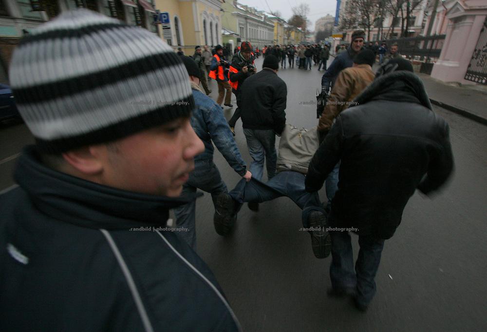 Ein Demonstrant wird von Zivilpolizisten verhaftet. Nachdem rund 2000 Menschen in Moskau eine Kundgebung gegen den russischen Praesidenten Putin abhielten, durchbrachen hunderte Oppositionelle Polizeisperren, um zur Zentralen Wahlkommision vorzudringen. Kraefte der Sondereinheit OMON stoppte den Protest und verhaftete mehrere Demonstranten. Auch der ehemalige Schachweltmeister und populaere Oppositionelle Garry Kasparow wurde inhaftiert. undercover policemen detaining a protester. After an opposition gathering in Moscow several thousand protesters tried to march on the Central Election Commission. After they broke police lines russian police broke up the march and detained serveral protesters, also the protest leader, former chess champion Garry Kasparov.