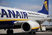 Duitsland, Weeze, 25-6-2009Vlak over de grens bij Nijmegen ligt het regionaal vliegveld Niederrhein, Weeze, wat sinds zes jaar uitgegroeid is tot een belangrijke regionale luchthaven en als thuisbasis fungeert voor prijsvechter chartermaatschappij Ryanair. In Bergen N-Limburg klaagt men over geluidsoverlast. In de regio bevindt zich ook vliegveld Dusseldorf. Naast passagiersvervoer wordt er veel luchtvracht vervoerd. Op de foto een toestel van Ryanair waar een sneer naar easyjet op staat. Economie, ekonomie, grensstreek, Foto: Flip Franssen/Hollandse Hoogte