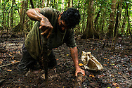 Rutilio Barqueño cavando  la tierra para cazar cangrejo.   Comunidad indígena La Chunga, Comarca Embera – Wounaan en la Provincia de Darién, Panamá.  La Chuga, ubicada en el  Rio Sambu, forma parte del corredor biológico de Bagres con sus inmensos bosques tropicales.