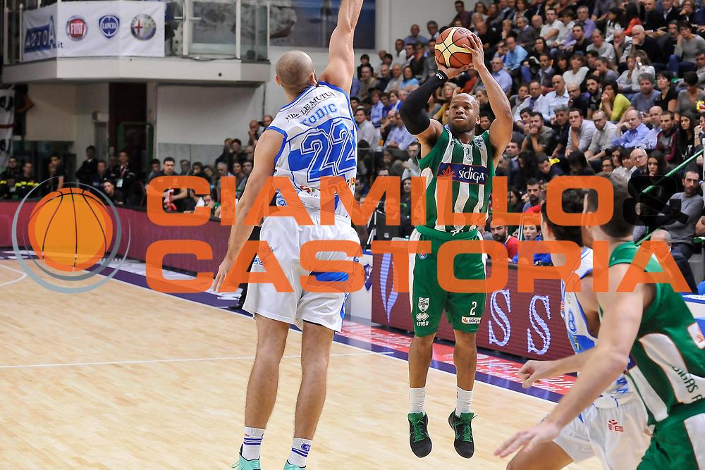 DESCRIZIONE : Campionato 2014/15 Dinamo Banco di Sardegna Sassari - Sidigas Scandone Avellino<br /> GIOCATORE : Sundiata Gaines<br /> CATEGORIA : Tiro Tre Punti<br /> SQUADRA : Sidigas Scandone Avellino<br /> EVENTO : LegaBasket Serie A Beko 2014/2015<br /> GARA : Dinamo Banco di Sardegna Sassari - Sidigas Scandone Avellino<br /> DATA : 24/11/2014<br /> SPORT : Pallacanestro <br /> AUTORE : Agenzia Ciamillo-Castoria / Luigi Canu<br /> Galleria : LegaBasket Serie A Beko 2014/2015<br /> Fotonotizia : Campionato 2014/15 Dinamo Banco di Sardegna Sassari - Sidigas Scandone Avellino<br /> Predefinita :
