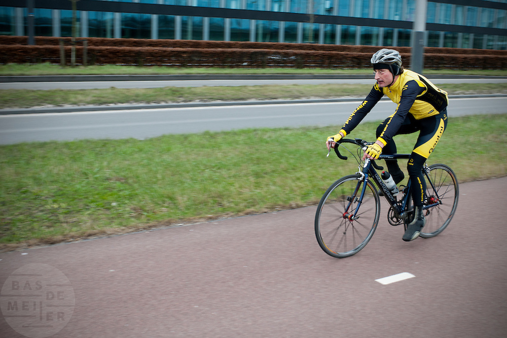 Een wielrenner fietst door de nieuwbouwwijk IJburg bij Amsterdam.<br /> <br /> A cyclist is racing at the new neighborhood IJburg in Amsterdam.