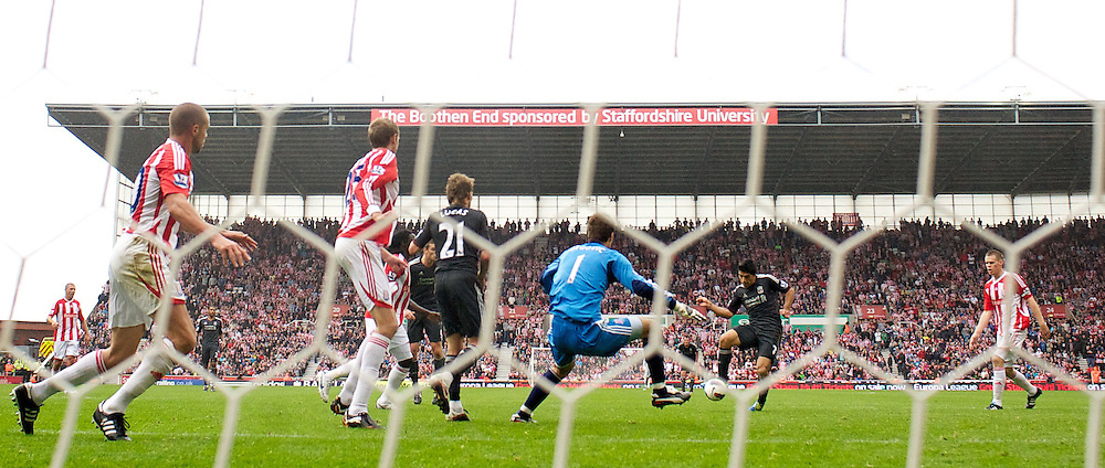 10.09.2011, Britannia Stadium, Stroke-on-Trent, ENG, PL, Stoke City FC vs Liverpool FC, im Bild Liverpool's Luis Alberto Suarez Diaz misses a chance to equalise in injury time against Stoke City during the Premiership match at the Britannia Stadium. EXPA Pictures © 2011, PhotoCredit: EXPA/ Propaganda Photo/ David Rawcliff +++++ ATTENTION - OUT OF ENGLAND/GBR+++++
