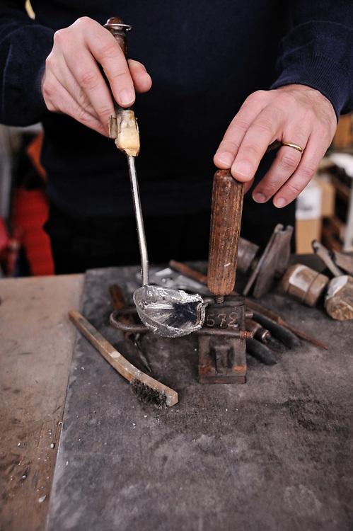19 avril 2017: En Anjou, l'entreprise CBG Mignot dirigé par monsieur Pemzec réalise des figurines de plomb peintent à la main. Monsieur Pemzec effectue une coulée dans les ateliers de la Breille. LA BREILLE LES PINS (49), FRANCE.